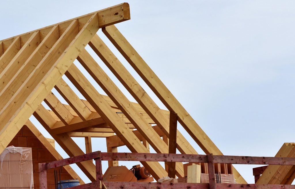 Charpente d'une maison en paille à ossature bois.