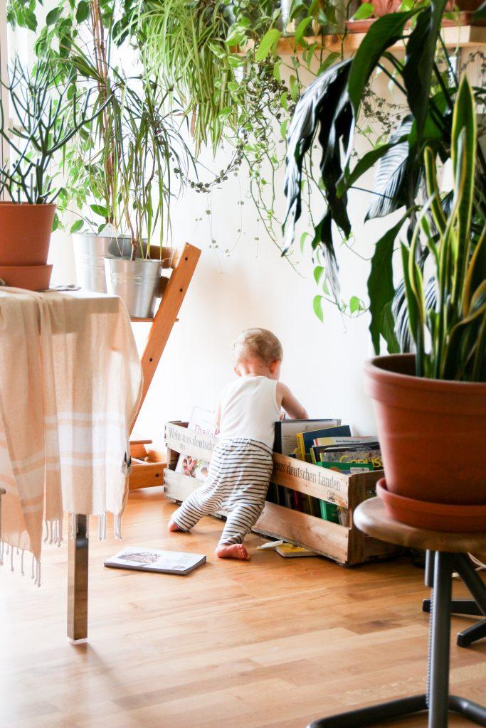Bébé joue à l'intérieur de sa maison verte.