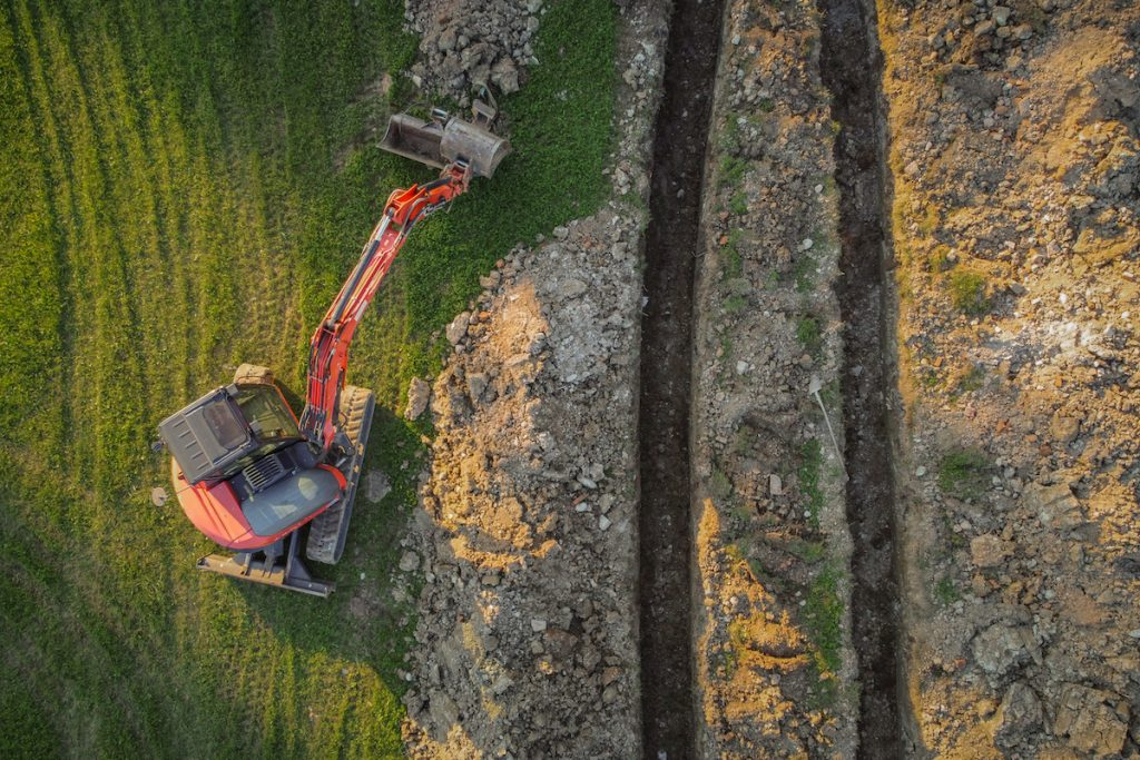 Vue aérienne par drone de la fosse ou de la tranchée dans le sol d'un collecteur de chauffage géothermique.